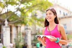 Touristischer glücklicher Leseführer Stockbilder