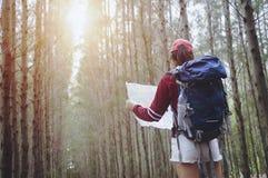 Touristischer Griff und Blick des Hippies zeichnen auf Reise, Lebensstilkonzept Adv auf Stockbilder