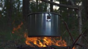 Touristischer großer Kessel auf Feuer während des Camping-Ausflugs 4K stock video footage