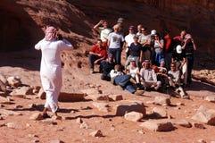 Touristischer Gruppenbesuch Wadi Rum Jordan Lizenzfreie Stockfotos