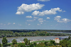 Touristischer Hafen Belgrads auf Sava River With Kalemegdan Fortress und stockfotografie