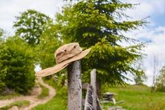 Touristischer Hut auf dem Zaun Stockbild