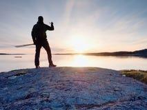 Touristischer Kerl, der Fotos der erstaunlichen Seelandschaft auf Handydigitalkamera macht Stockbild