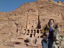 Touristischer Mädchenholdingesel in PETRA Jordanien Lizenzfreie Stockfotografie