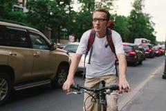 Touristischer Mann auf einem Fahrrad an der Stadtstraße Stockbilder