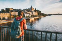 Touristischer Mann Besichtigungsstockholm-Stadt lizenzfreie stockfotos