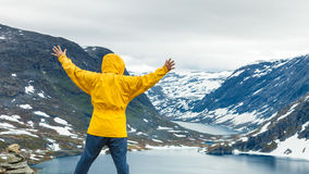 Touristischer Mann, der Djupvatnet See, Norwegen bereitsteht Stockbild
