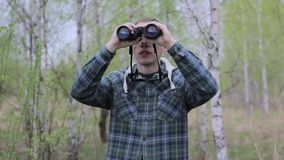 Touristischer Mann, der durch Ferngläser schaut stock footage