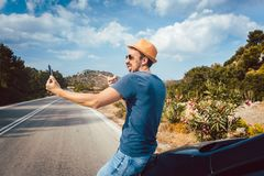 Touristischer Mann, der selfie Fotos in seinen Ferien unter Verwendung des Telefons macht Lizenzfreie Stockfotografie
