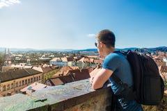 Touristischer Mann, der zu einer schönen Ansicht der Stadt Ljubljana schaut Stockfotografie