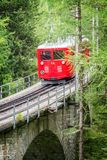 Touristischer roter Zug Montenvers, gehend von Chamonix zu Mer de Glace, Mont Blanc Massif France stockbild