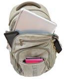 Touristischer Rucksack mit den tragbaren Geräten lokalisiert Stockfotos