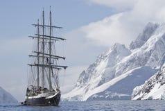 Touristischer Schiffssegeln-Sommertag auf einem Hintergrund der Bergspitze Stockfoto
