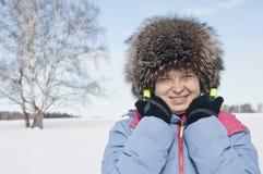 Touristischer Skifahrer der Frau im schneebedeckten Wald Lizenzfreies Stockbild
