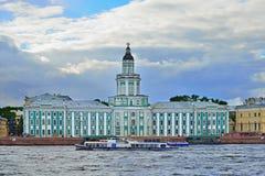 Touristischer Vergnügungsdampfer schwimmt auf den Neva-Fluss auf dem Hintergrund Stockbilder