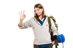 Touristischer Wanderer des Mannes, der okaygeste zeigt Reise Stockbild