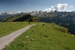 Touristischer Weg in den Schweizer Alpen Lizenzfreie Stockfotos