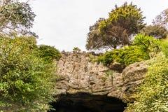 Touristischer Weg, starke Felsen und Vegetation, Felsenhöhle, interes Stockfotografie