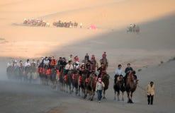 Touristischer Wohnwagen an den mingsha Sanddünen Stockfotografie