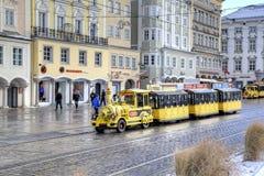Touristischer Zug an der Straße der alten Stadt lizenzfreie stockbilder