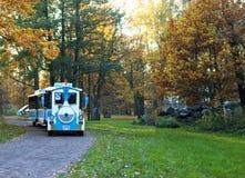Touristischer Zug im Herbstpark stockfotos