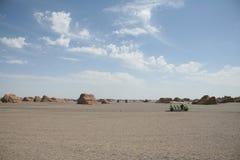 Touristisches Auto im Gobi-Wüste Dunhuang-Porzellan stockfoto