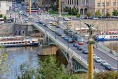 Touristisches Besichtigungsbootsflusssegeln in Prag stockfoto
