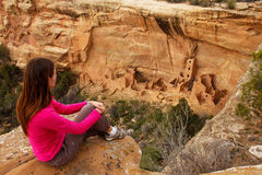 Touristisches bewundern quadratisches Turm-Haus, Mesa Verde National Park, C stockbilder