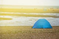 Touristisches blaues Zelt auf Seestrand Feiertags- und Sommerurlaubsreisekonzept lizenzfreies stockfoto