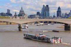 Touristisches Boot auf dem Fluss Themse Lizenzfreies Stockfoto