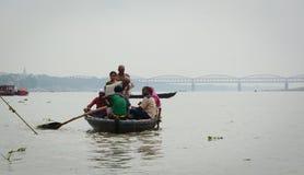 Touristisches Boot auf dem Ganges in Varanasi, Indien Stockbild