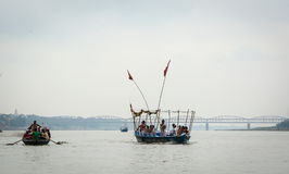 Touristisches Boot auf dem Ganges in Varanasi, Indien Stockfotos