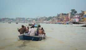 Touristisches Boot auf dem Ganges in Varanasi, Indien Lizenzfreies Stockfoto
