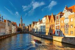 Touristisches Boot auf Kanal Spiegelrei, Brügge, Belgien stockfotografie