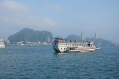 Touristisches Boot auf langer Bucht Vietnam ha Stockfoto