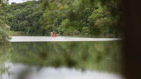 Touristisches Boot auf Plitvice Seen stock video footage