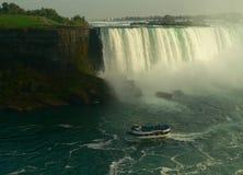 Touristisches Boot bei Niagara Falls I Lizenzfreie Stockfotografie