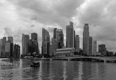 Touristisches Boot, das auf Marina Bay in Singapur läuft Lizenzfreie Stockbilder