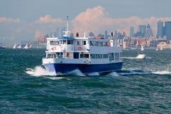 Touristisches Boot, das zur Freiheit-Insel vorangeht Lizenzfreie Stockfotografie