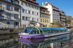 Touristisches Boot in den Kanälen von Straßburg Lizenzfreie Stockbilder