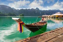 Touristisches Boot des langen Schwanzes auf Cheow Lan See, Ratchaprapha-Verdammung, Khao stockfotografie