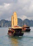 Touristisches Boot, Halong Schacht Vietnam stockfotografie