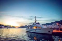 Touristisches Boot im Jachthafen in Korcula-Insel an der Dämmerung Lizenzfreie Stockbilder