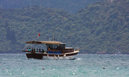 Touristisches Boot im Meer Lizenzfreies Stockfoto