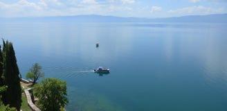 Touristisches Boot im Ohrid See Stockfotos