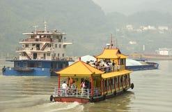Touristisches Boot im Yangtze-Fluss stockbilder