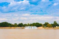 Touristisches Boot nahe dem Ufer des Irrawaddy-Flusses, Mandalay, Myanmar, Birma Kopieren Sie Raum für Text lizenzfreie stockfotografie