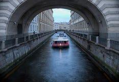 Touristisches Boot nahe dem Zustands-Einsiedlerei-Gebäude St Petersburg Russland Lizenzfreies Stockfoto