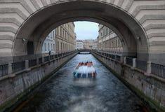Touristisches Boot nahe dem Zustands-Einsiedlerei-Gebäude St Petersburg Russland Lizenzfreie Stockbilder