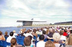 Touristisches Boot in Nyhavn, Kopenhagen, Dänemark lizenzfreie stockbilder